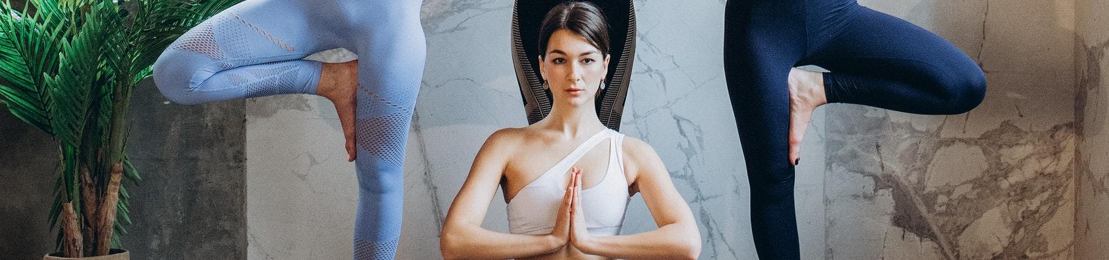 el arbol en yoga activa el cuerpo